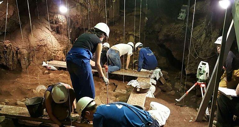 Miriam García Cabezas visitó el V Campo de trabajo internacional en las Cuevas de Fuentes