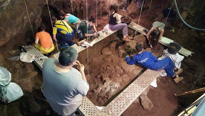 """Continúan los trabajos de investigación en el Monumento Natural """"Cuevas de Fuentes de León""""."""