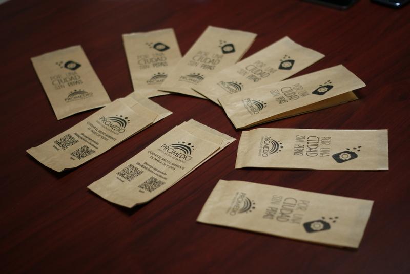 Promedio reparte en Fregenal 3000 bolsas para cáscaras de pipas durante la Semana Santa