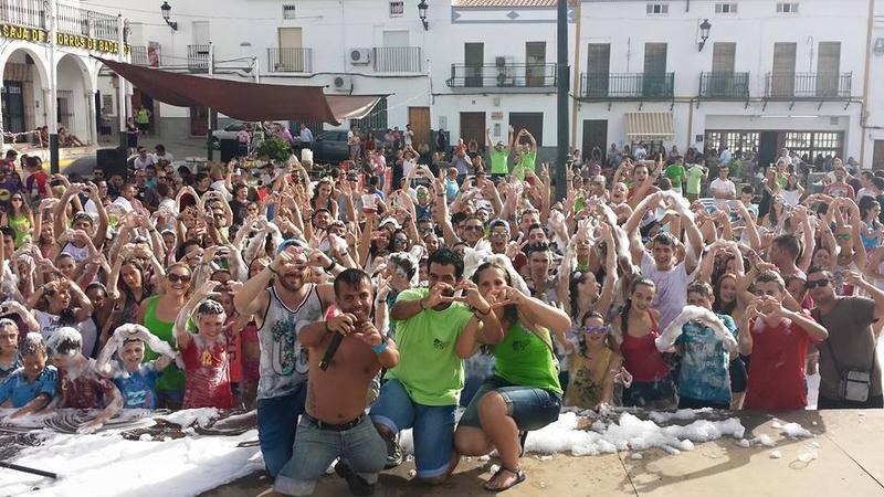 Espuma y colores en el Día Joven de Segura de León