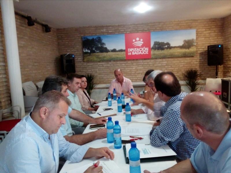 Reunión entre representantes de la Diputación de Badajoz y de la Comarca para presentarles el programa de turismo ''Otoño en Tentudía''