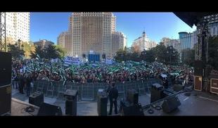Miles de extremeños rebosan la Plaza de España de Madrid al inicio del acto por un tren digno