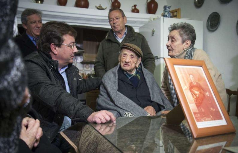 Fernández Vara puso en valor el cuidado a los mayores en Bienvenida en el 113 cumpleaños de Marchena, hombre más longevo del mundo