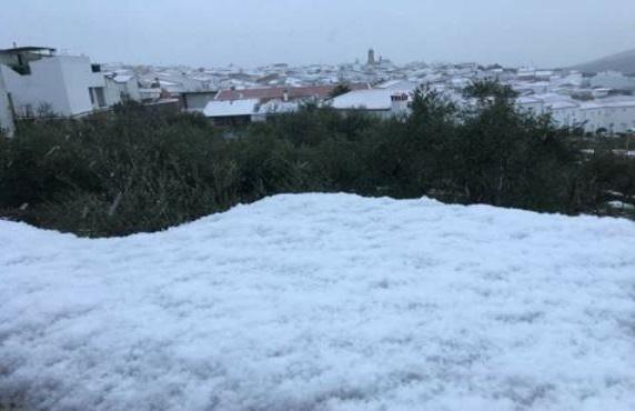 Vertidos de sal en las carreteras de Cabeza la Vaca y Calera de León al monasterio de Tentudía por la nieve