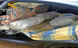Detenidos dos onubenses en una finca de Calera de León por el robo de 200kg de piñas
