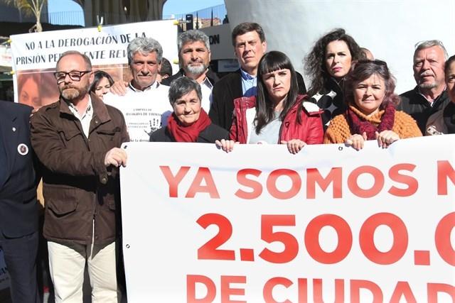 Familiares de Manuela Chavero en la manifestación de Sevilla por la prisión permanente revisable