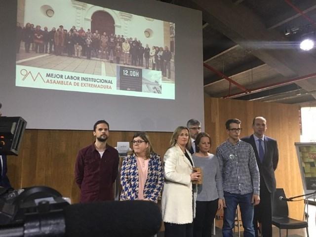 Familiares de Manuela Chavero entregan a la Asamblea de Extremadura el galardón de Mejor Acción Institucional en los Premios 9M por desaparecidos