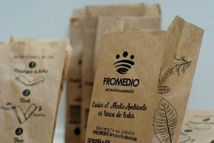 Promedio distribuye 2500 bolsas en Fregenal para que no haya cáscaras de pipas en Semana Santa