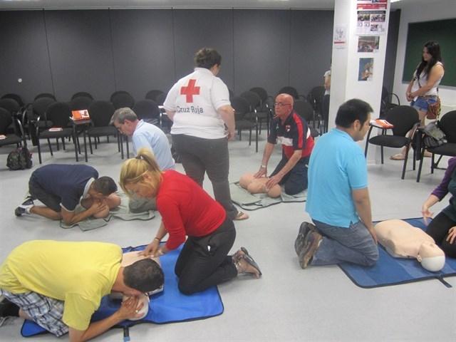 Cruz Roja ofrece cursos de primeros auxilios, socorrismo y desfibrilación en la zona