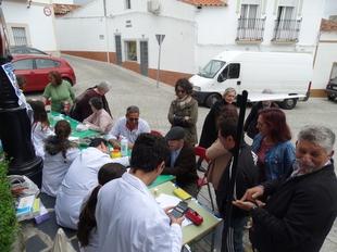 Alumnos del IES Juan Calero de Monesterio promocionan su ciclo formativo en pleno mercadillo
