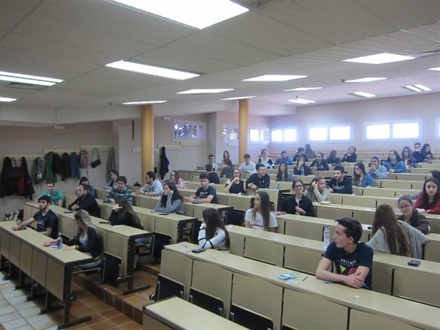 Los estudiantes extremeños repiten hoy la EBAU con resignación, nervios y algún cabreo