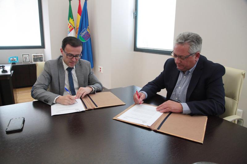 La Diputación y el Ayuntamiento de Monesterio firman un convenio de reforma y ampliación de la Residencia de la Tercera Edad