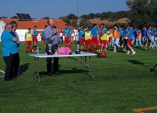 El nuevo césped artificial del campo de fútbol de Segura de León quedaba ayer inaugurado