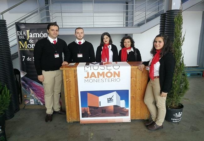 Alumnos y Alumnas de la Escuela Profesional `Tentudía Turística´ ofrecieron información de la Comarca durante el Mercado de la Dehesa
