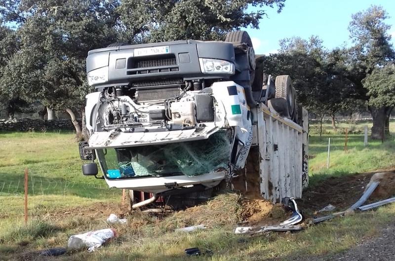Vuelco del camión nodriza de la basura en Segura de León