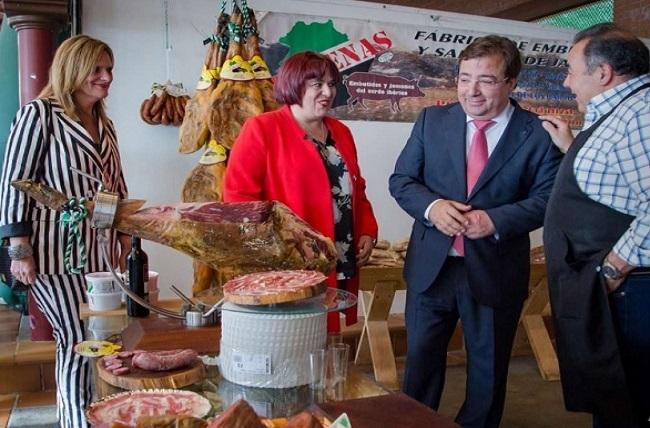 Guillermo Fernández Vara asistió a la inauguración el XXX Salón del Jamón Ibérico de Jerez de los Caballeros