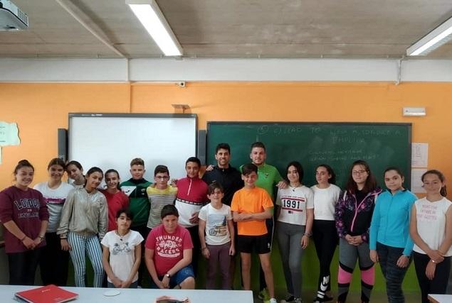 Jugadores del Fuente de Cantos visitan varios colegios de la Comarca para regalar entradas a los más pequeños