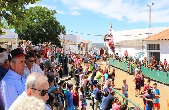 Capeas, agua y espuma en Fuentes de León a mediados de agosto