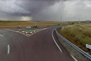 Corte al tráfico de la carretera que une Fuente de Cantos a Hoya de Santa María en la travesía de Pallares