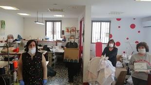 Confeccionan mil batas solidarias para el Hospital de IFEMA en Madrid desde Calera de León
