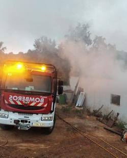Sofocado un incendio en una nave de Fuentes de León con 200 alpacas en la madrugada del sábado al domingo