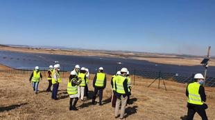 Las obras de la planta solar fotovoltaica de Bienvenida han sido visitadas hoy por la consejera para la Transición Ecológica y Sostenibilidad