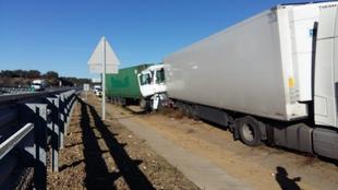 Un varón de 53 años herido leve tras colisionar dos camiones en la autovía a la altura de Monesterio
