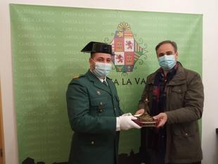 El sargento de la Guardia Civil, Juan María Robledo, recibía ayer el título de Vecino de Honor de Cabeza la Vaca