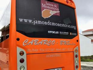 `Jamón de Monesterio` y `Monesterio Gastronómico´ ya lucen en los autobuses de dos empresas locales publicitando la marca Monesterio