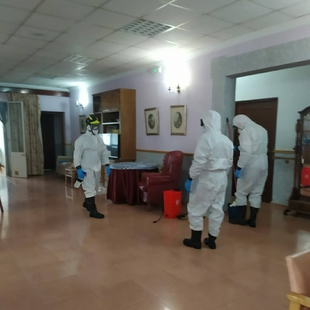 El Equipo de Higiene y Desinfección de bomberos del CPEI interviene en los pisos tutelados de Fuentes de León