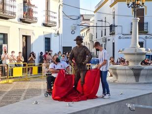 La escultura de un danzante ya luce en Fuentes de León en homenaje al Día del Tambor