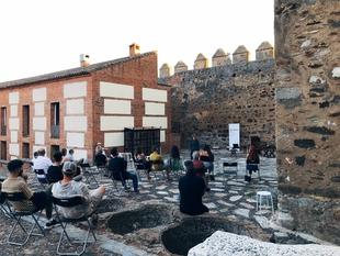 El Castillo de Segura de León acogió la presentación de la residencia artística Zalona
