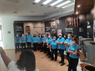 El alumnado de Servicios de Bar y Cafetería de la Escuela Profesional Dual de Empleo Tentudía 21 visitan el Museo del Jamón de Monesterio