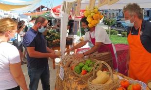 Una docena de productores locales ofrecieron sus productos en la Feria Comarcal del Huerto en Monesterio