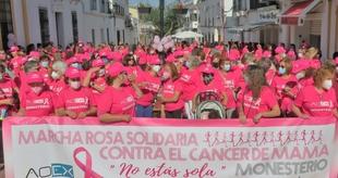 Más de 600 personas participaban en la III Marcha Rosa Solidaria de Monesterio